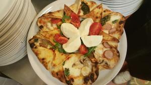 Pizza a stella quattro stagioni con mozzarella di bufala