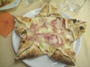 Pizza a stella con prosciutto cotto e mozzarella